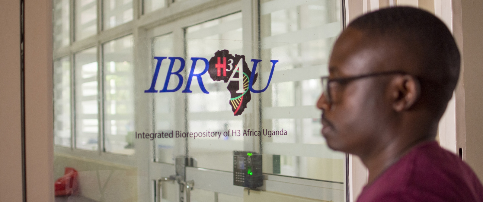 Joseph Kyebuzibwa, the NeuroGAP-Psychosis project manager at Butabika Hospital, arrives at the IBRH3AU lab